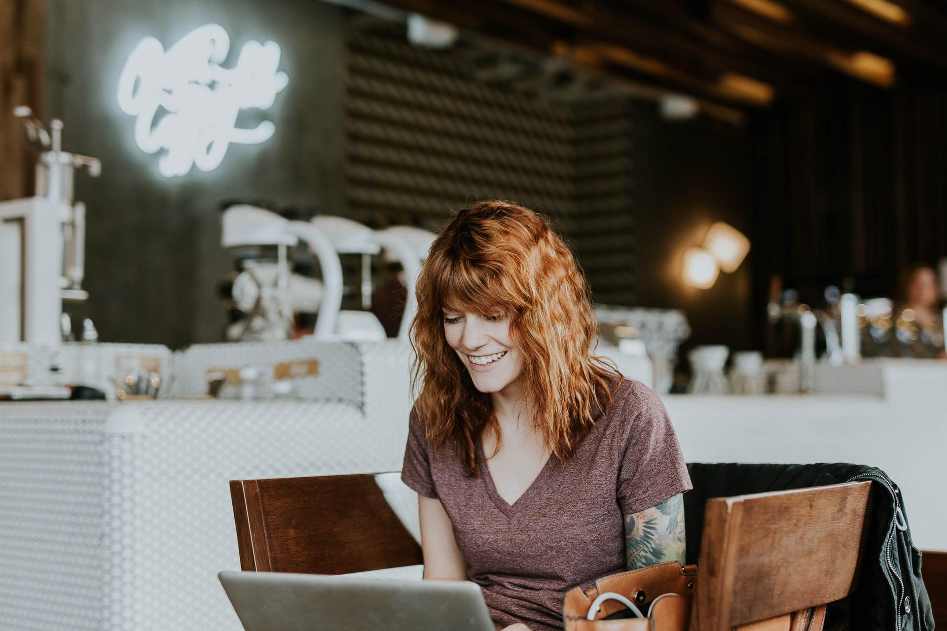 tvorba web stránok na notebooku v kaviarni