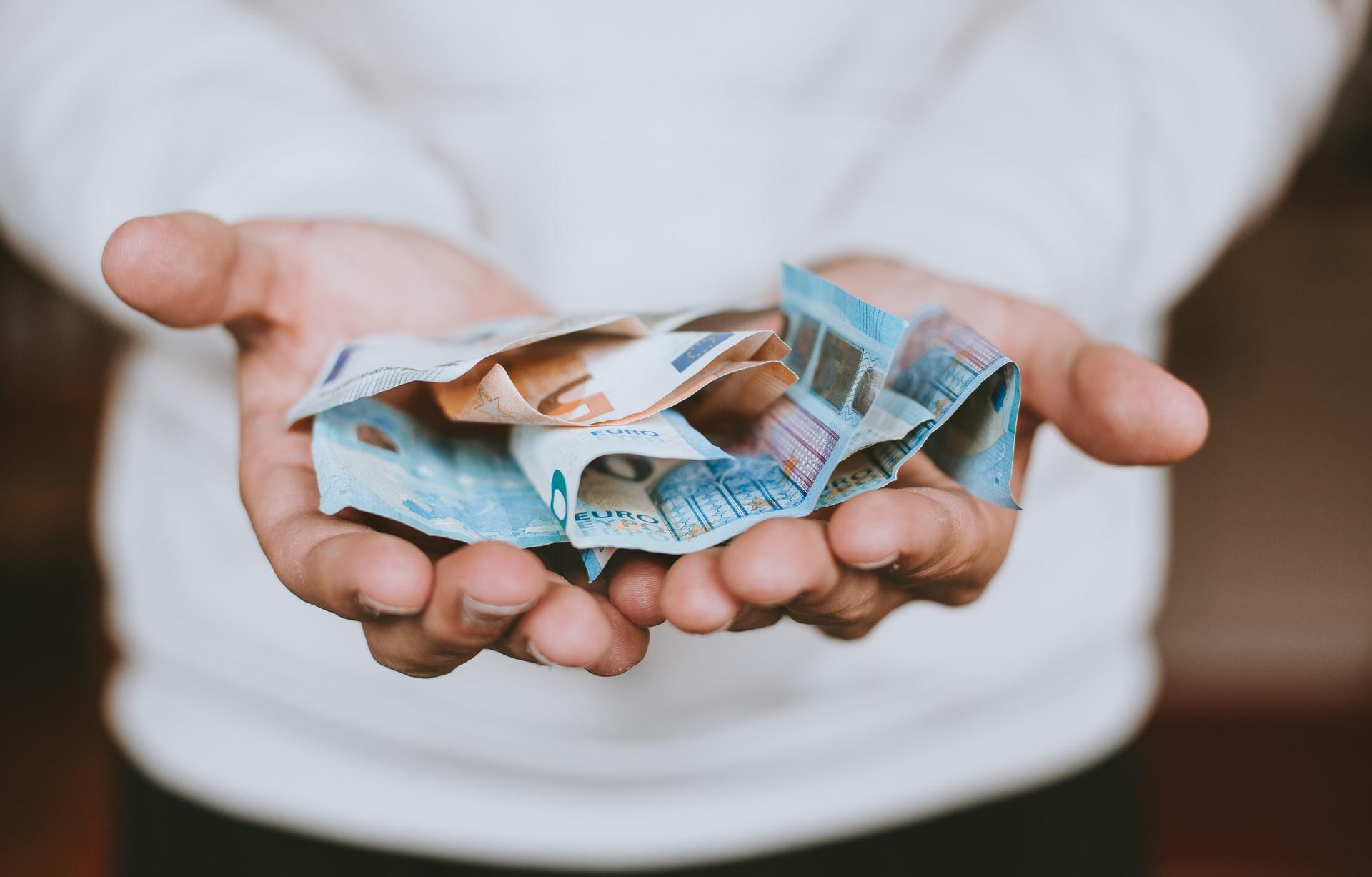 papierové peniaze v dlaniach