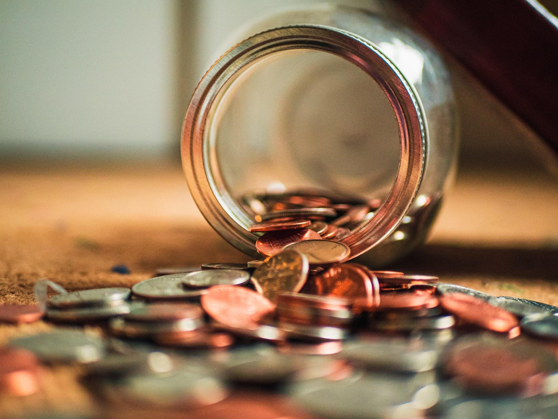 vysypané drobné mince