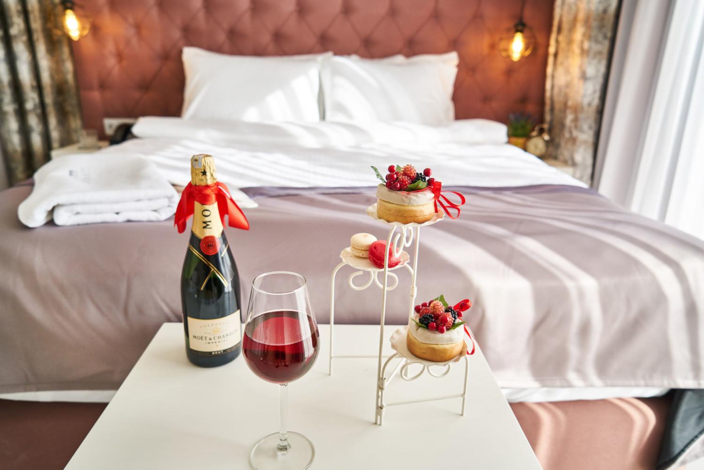 alcoholic-beverage-bed-bedroom-1579253.jpg